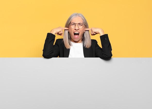 Ładna starsza bizneswoman z siwymi włosami z miejscem na kopię, aby umieścić swoją koncepcję