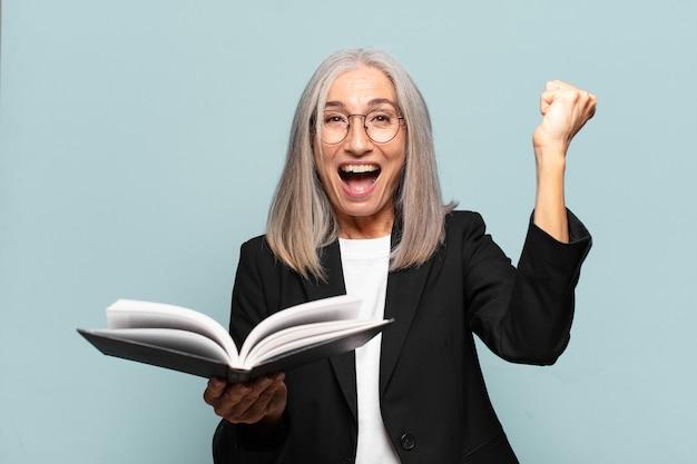 Ładna starsza kobieta z książką