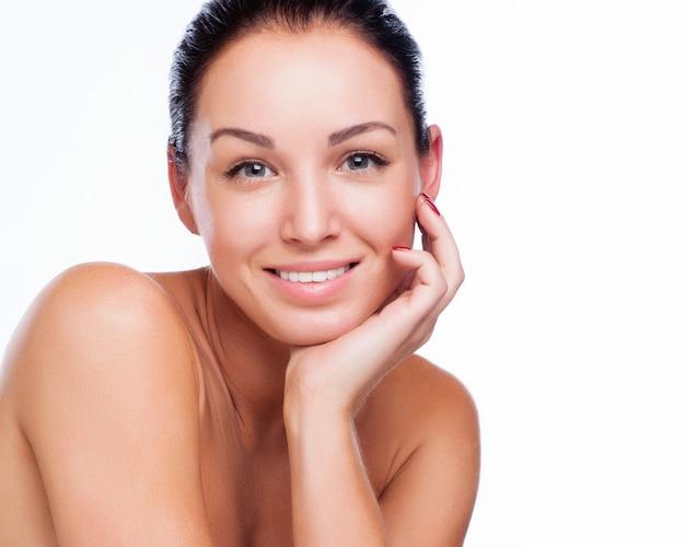 Ładna twarz piękna uśmiechnięta kobieta - pozujący przy studiiem odizolowywającym na bielu