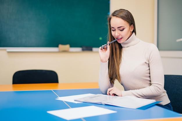 Ładna żeńska nauczycielka pracuje w biurze