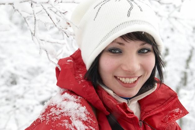 Ładna zima dziewczyna w lesie śniegu