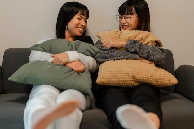 Ładne azjatki relaksujące się w domu