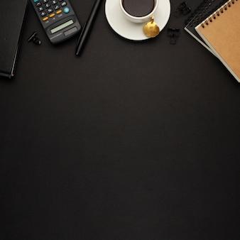 Ładne biurko biznesowe na czarnym tle
