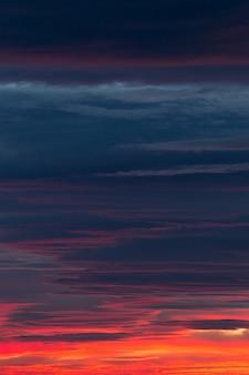 Ładne chmury w świetle zachodzącego słońca