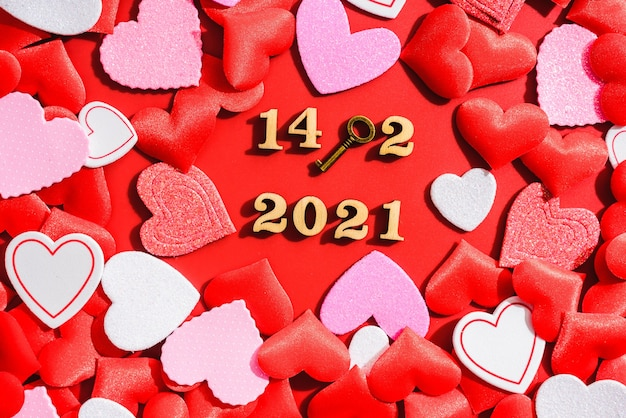 Ładne czerwone tło z serduszkami i miłosną kłódką na walentynki w 2021 roku.