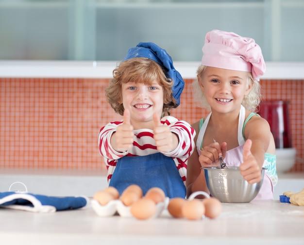 Ładne dzieci do pieczenia w domu