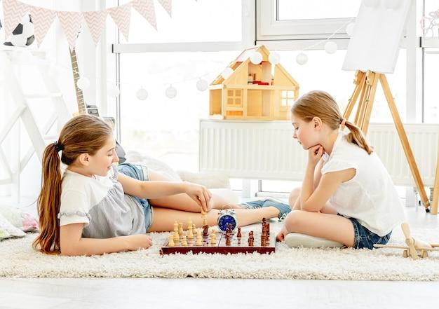 Ładne dziewczyny gra w szachy