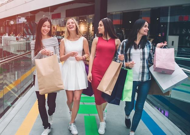 Ładne dziewczyny idą razem w centrum handlowym.
