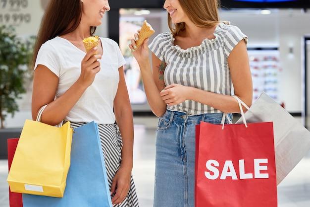 Ładne dziewczyny na zakupy w centrum handlowym na wyprzedaży