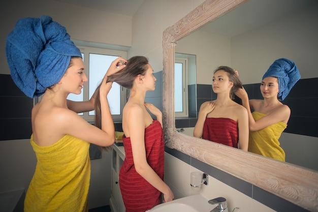 Ładne dziewczyny przygotowują się w łazience