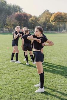 Ładne dziewczyny robią ćwiczenia rozgrzewające