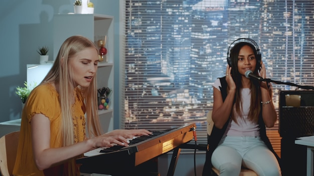 Ładne dziewczyny śpiewają piosenkę.