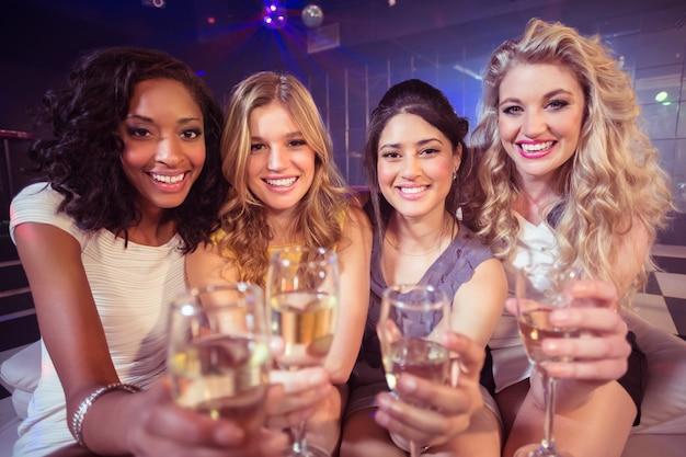 Ładne dziewczyny trzyma kieliszek do szampana