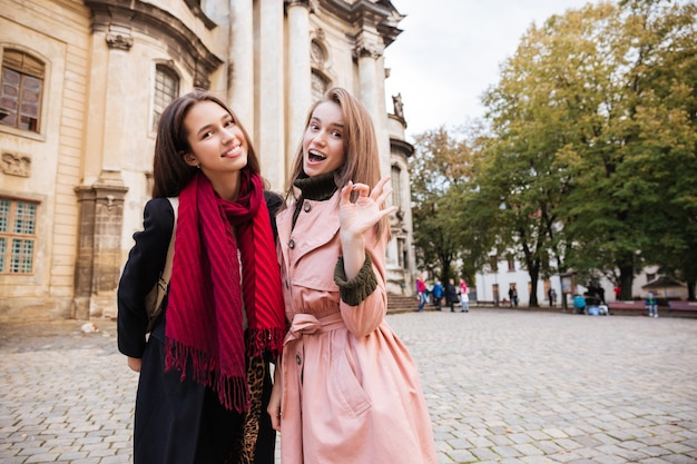 Ładne dziewczyny w płaszczach na ulicy.