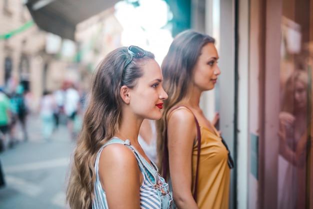 Ładne dziewczyny w sklepie