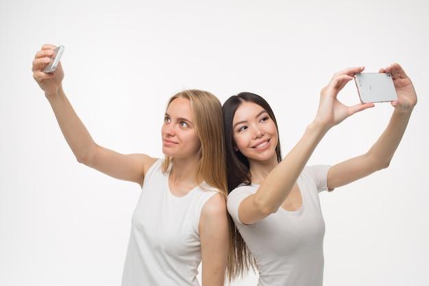 Ładne i pozytywne młode kobiety robią selfie