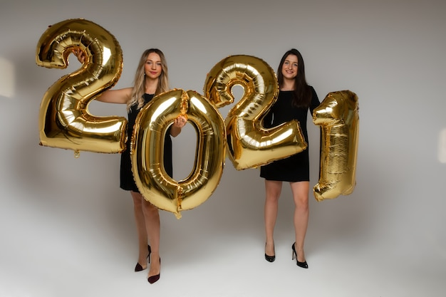 Ładne kobiety posiadające nadmuchiwane cyfry 2021.