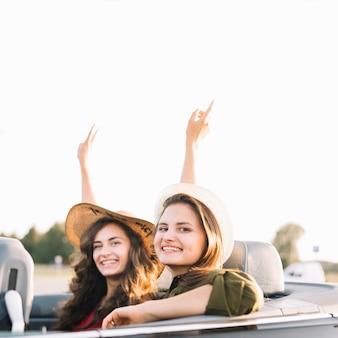 Ładne kobiety w samochodzie