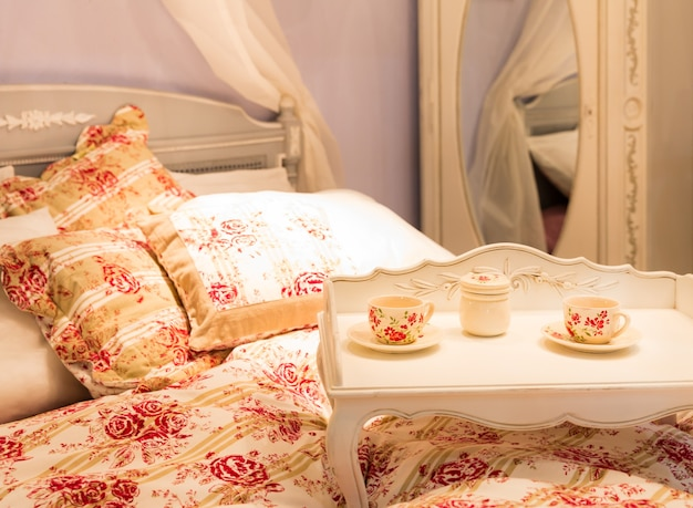 Ładne łóżko pod numerem hotelu