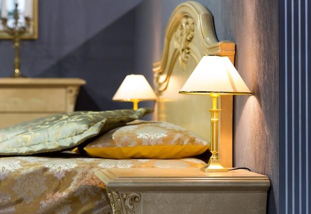 Ładne łóżko w typowym współczesnym otoczeniu