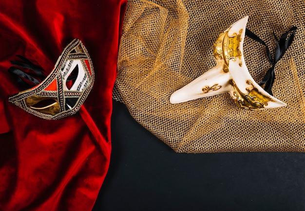 Ładne maski na czerwonych i złotych tkaninach