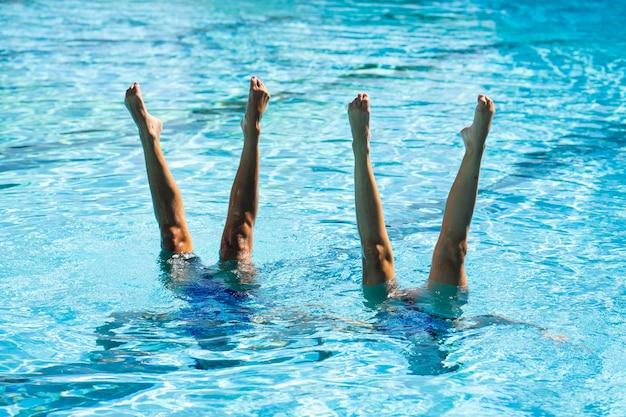 Ładne młode dziewczyny pozują w wodzie