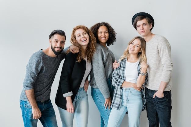 Ładne nastolatki i ich chłopaki w codziennych ubraniach dobrze się bawią i spędzają razem czas