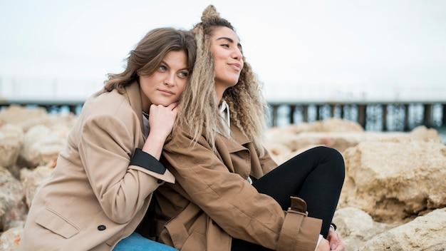Ładne nastolatki wspólnie cieszące się przyrodą