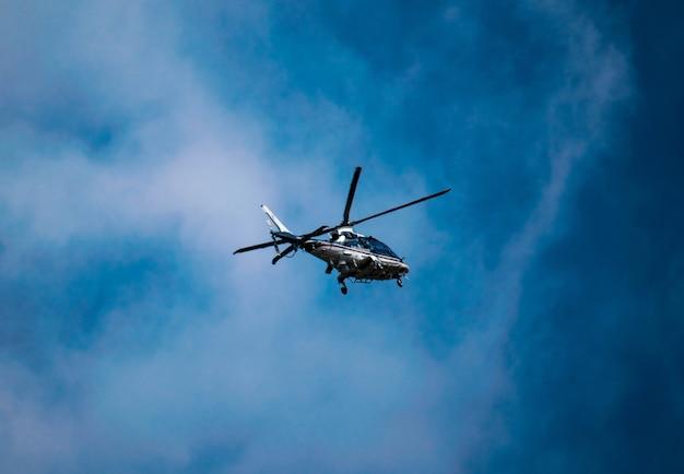 Ładne ujęcie helikoptera w locie