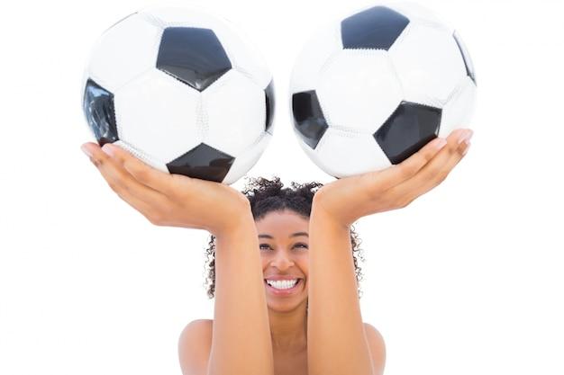 Ładni dziewczyny mienia futboly i ono uśmiecha się