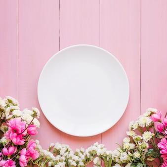 Ładni kwiaty blisko talerza
