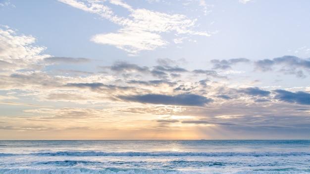 Ładnie budzące się jedwabiste morze