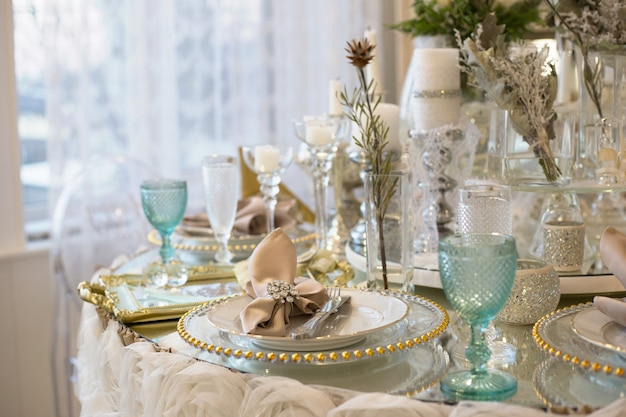 Ładnie nakryty stół do obiadu przy oknie stół weselny serwowany w biało-niebieskiej kolorystyce