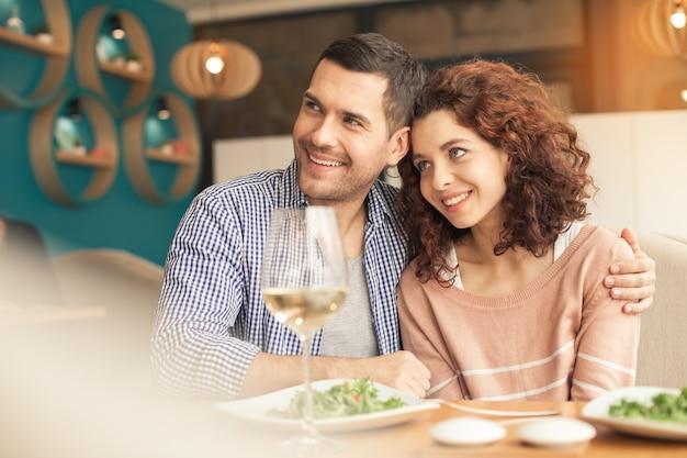 Ładnie wyglądająca para w kawiarni?