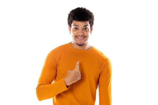 Ładny afro amerykański mężczyzna z fryzurą afro na sobie pomarańczowy t-shirt na białym tle