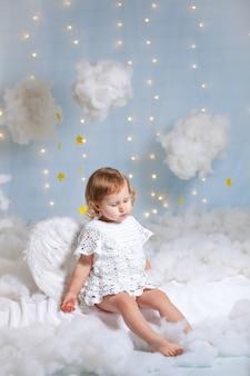 Ładny aniołek patrząc na chmury