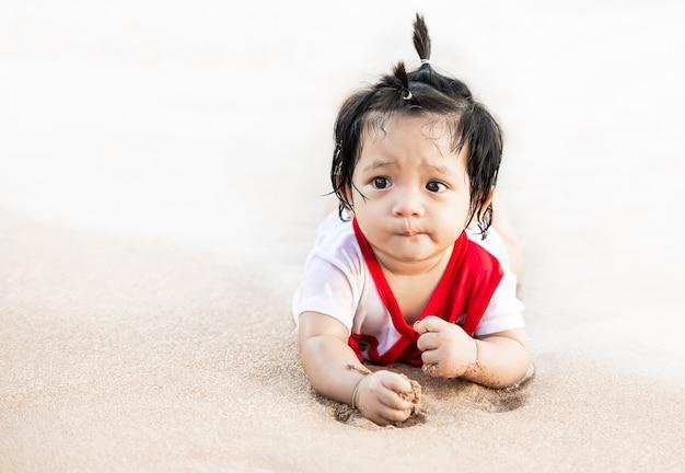 Ładny azjatycki mała dziewczynka bawić się na plaży