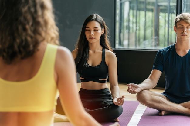 Ładny azjatykci młodej kobiety szczupły ciało robi joga w padmasana