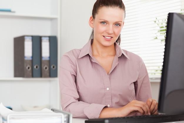 Ładny bizneswoman w biurze