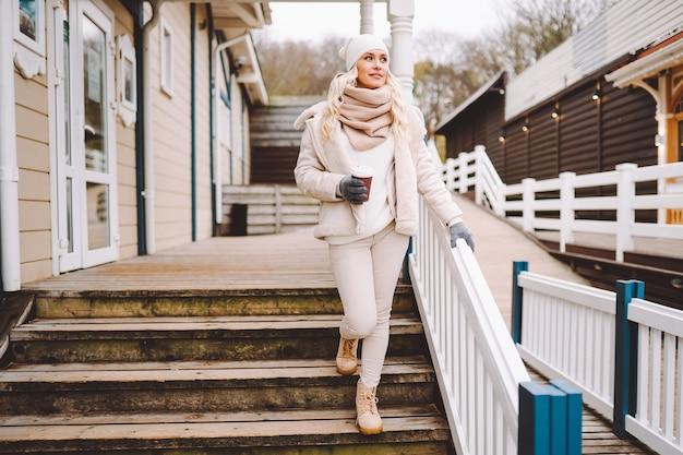 Ładny blond kobieta w średnim wieku cieszyć się czasem na świeżym powietrzu w zimowy dzień