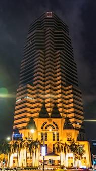 Ładny budynek w nocy, kuala lumpur, malezja.