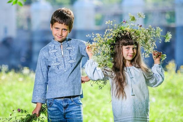 Ładny chłopak i dziewczyna, brat i siostra, w tradycyjnych ukraińskich haftowanych strojach.