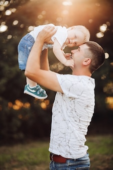 Ładny chłopak i jego ojciec w parku.