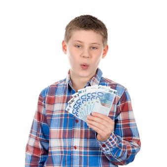 Ładny chłopak z banknotami euro na białej przestrzeni