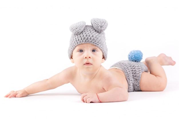 Ładny chłopczyk w stroju królika