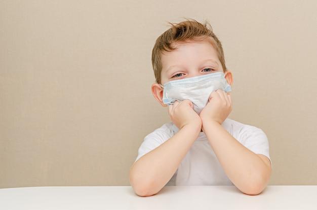 Ładny chłopiec czterech lat w masce medycznej