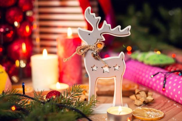 Ładny drewniany jeleń w świątecznym otoczeniu