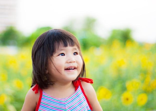 Ładny, duży uśmiech od azjatyckich dzieci