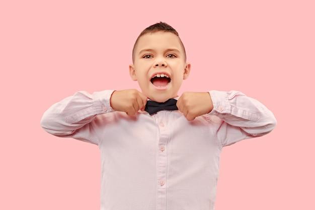 Ładny elegancki nastolatek chłopiec na różowym tle