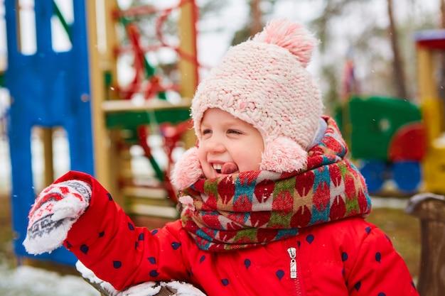 Ładny figlarny dziewczyna odkryty korzystających z pierwszego śniegu.